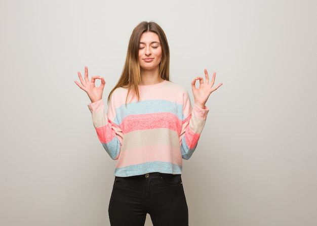 Jeune fille russe effectuant le yoga