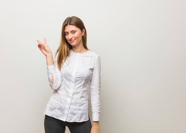 Jeune fille russe faisant un geste de victoire