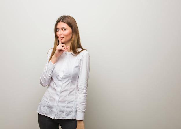 Jeune fille russe gardant un secret ou demandant le silence