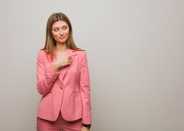 Jeune fille russe souriant et pointant vers le côté