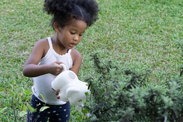 Jeune fille s'amusant dans le parc