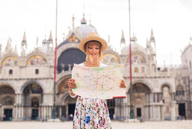 Jeune fille s'amusant en visitant venise - touriste voyageant en italie et visitant les monuments les plus importants de venise - concepts sur le style de vie, les voyages, le tourisme