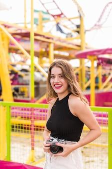 Jeune fille s'amuser dans le parc d'attractions