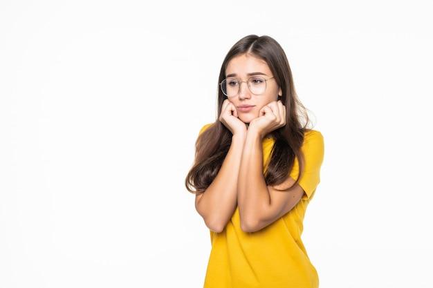 Jeune fille s'ennuie, vêtue de noir, isolé sur mur blanc