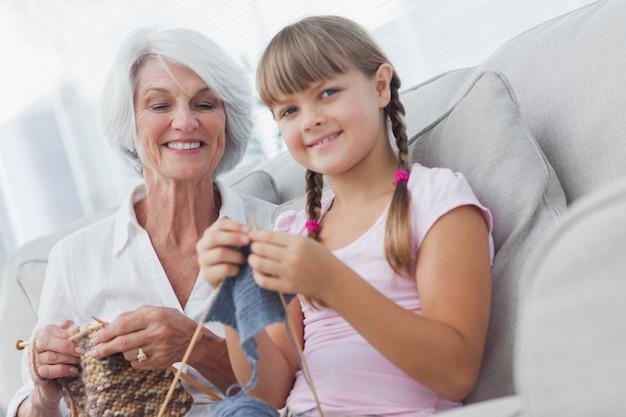 Jeune fille et sa petite-fille tricoter ensemble