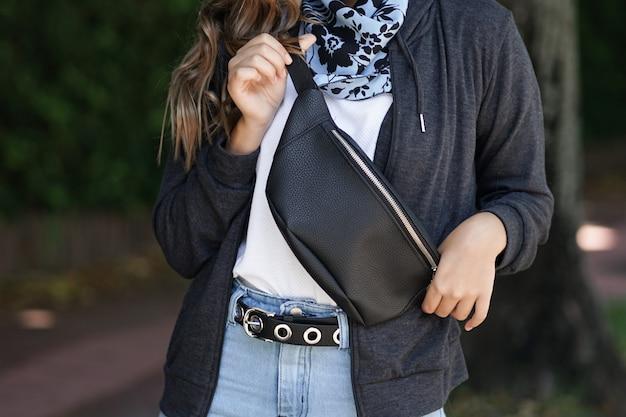 Jeune fille avec sac banane en cuir