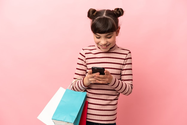 Jeune fille avec des sacs à la recherche heureuse et fière d'elle-même