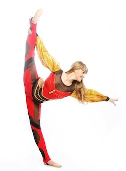 Jeune fille sauter dans la danse de gymnastique