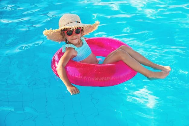 Jeune fille se détendre dans la piscine