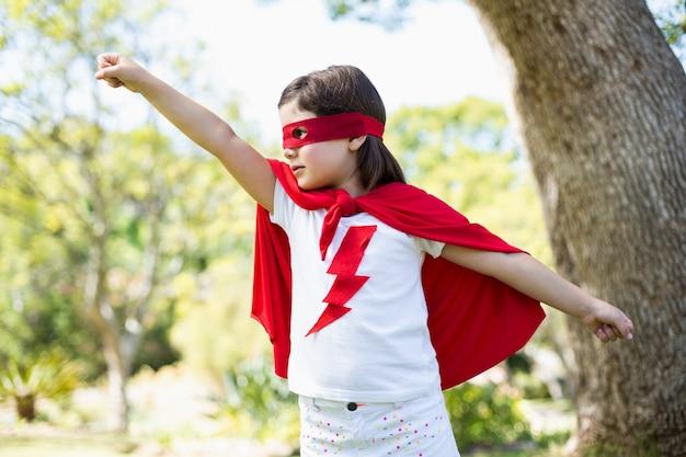Jeune fille se faisant passer pour un super-héros