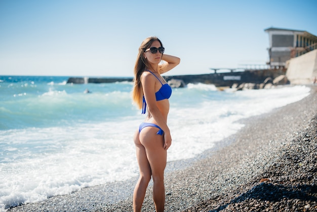 Une jeune fille sexy se repose sur l'océan par une journée ensoleillée. loisirs, tourisme.
