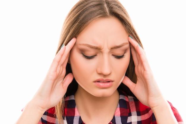 Jeune fille souffrant de forts maux de tête