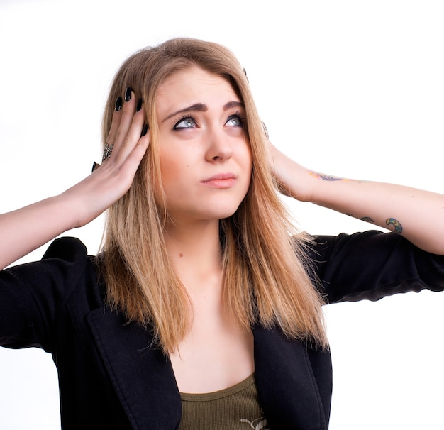 Jeune fille souffrant de maux de tête sur fond blanc