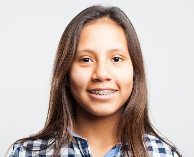 Jeune fille souriante avec des appareils sur ses dents
