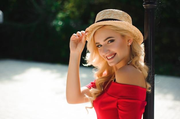 Jeune fille souriante aux cheveux brillants, profitant du beau temps pendant la marche.