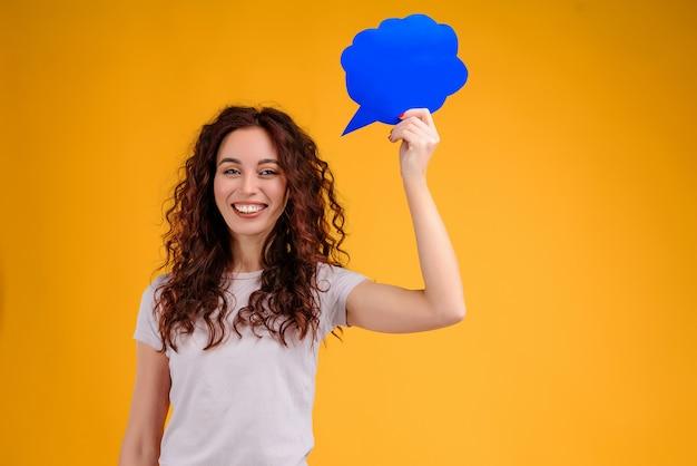 Jeune fille souriante ayant une pensée et une idée en forme de nuage sur la tête