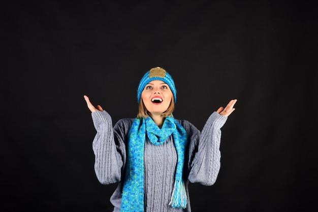 Jeune fille souriante en bonnet tricoté chaud, écharpe et pull. jolie femme à la mode en écharpe, casquette. mode féminine automne/hiver. surpris belle femme en écharpe chaude et chapeau. espace de copie pour la publicité