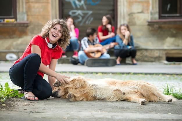Jeune fille souriante caresser un chien
