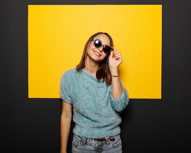 Jeune fille souriante, dans, lunettes