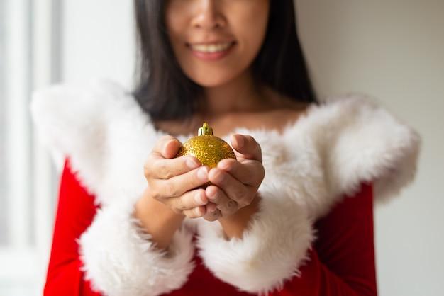 Jeune fille souriante décorer un arbre de noël