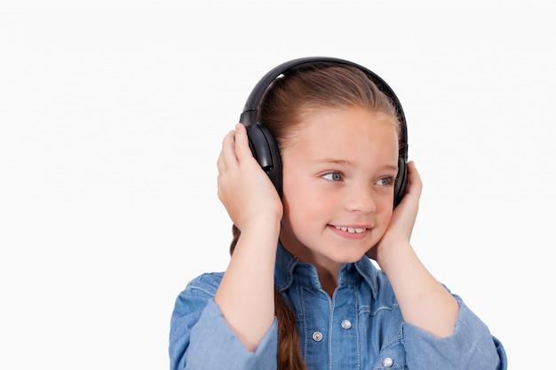 Jeune fille souriante, écouter de la musique