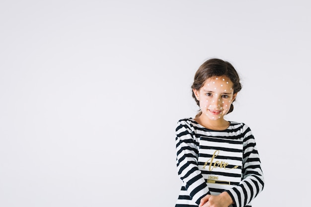 Jeune fille souriante avec éruption et carnet