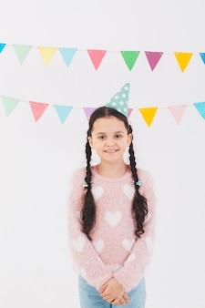 Jeune fille souriante fête son anniversaire