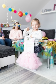 Jeune fille souriante avec une jolie robe