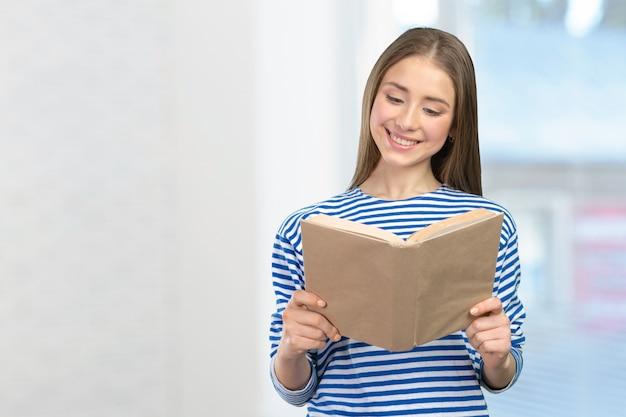 Jeune fille souriante avec des livres