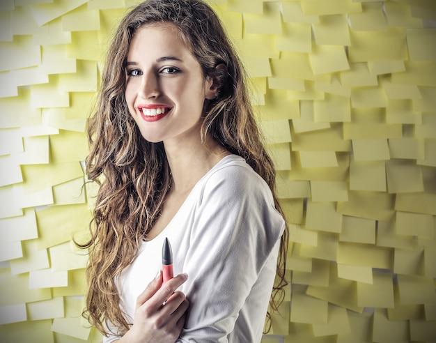 Jeune fille souriante avec des notes