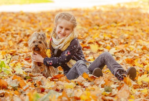 Jeune fille souriante près de yorkshire terrier