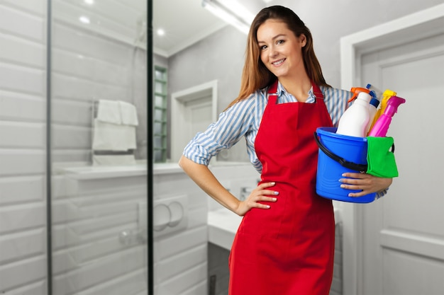 Jeune fille souriante prête pour le nettoyage