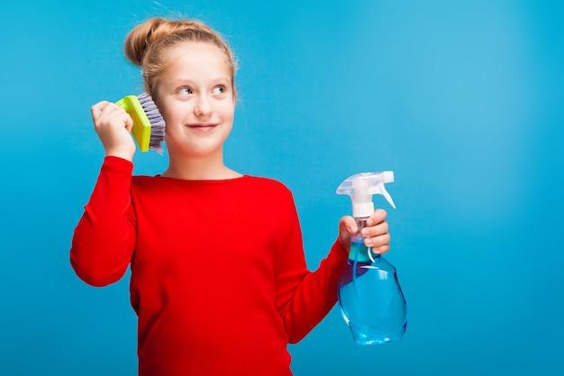 Jeune fille souriante avec un pulvérisateur