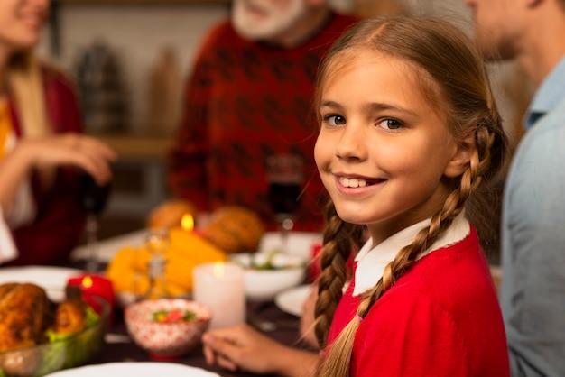 Jeune fille souriante regardant la caméra