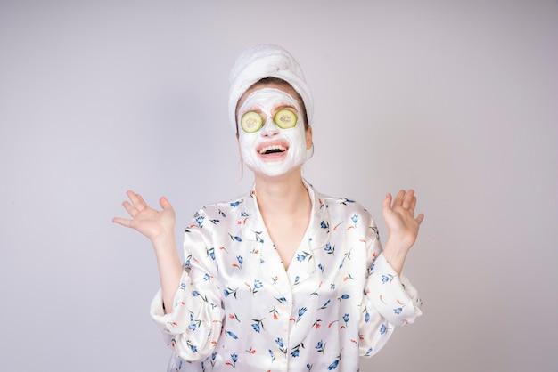 Jeune fille souriante avec des tranches de masc et de concombre crémeuses