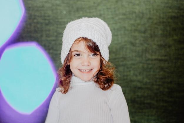 Jeune fille souriante en vêtements d'hiver
