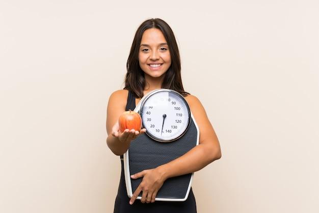 Jeune fille sportive avec appareil de pesage