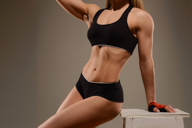 Jeune fille sportive en haut et short posant