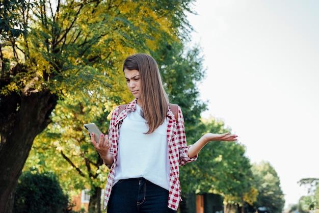 Jeune fille surprise en vérifiant son téléphone