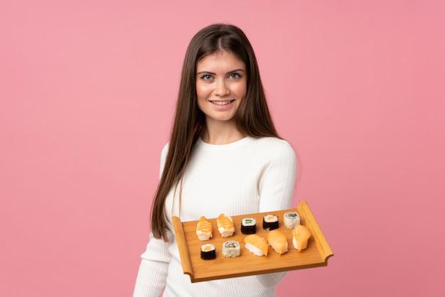 Jeune fille avec sushi isolé avec expression heureuse