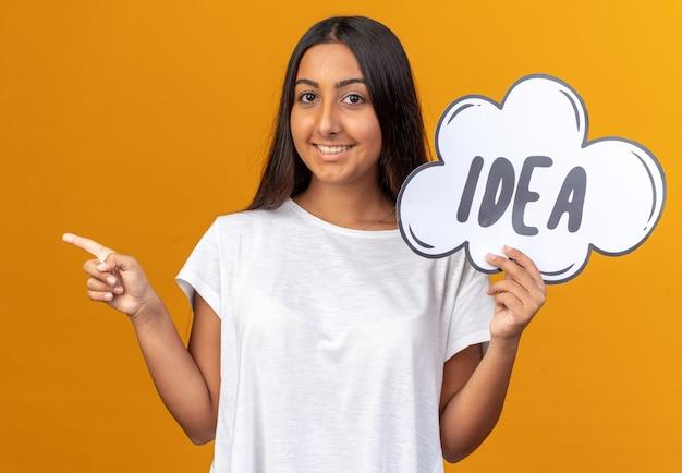 Jeune fille en t-shirt blanc tenant une bulle de dialogue avec une idée de mot pointant