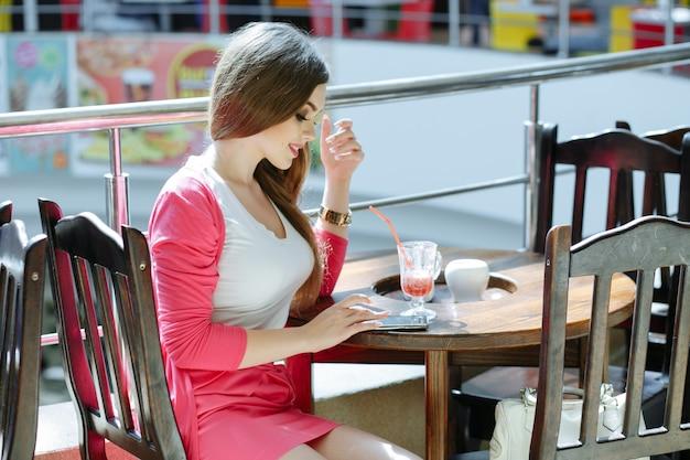 Jeune fille en tapant sur son téléphone