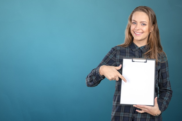 Jeune fille tenant une carte de visite