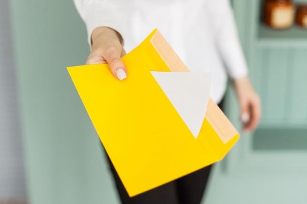 Jeune fille tenant une enveloppe