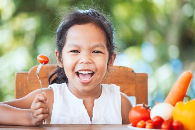 Jeune fille tenant un panier de pommes dans le jardin