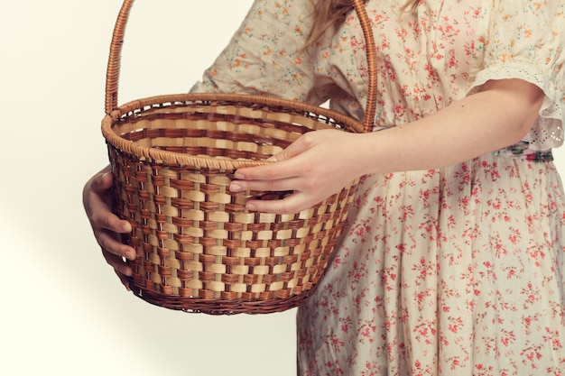 Jeune fille tenant un panier