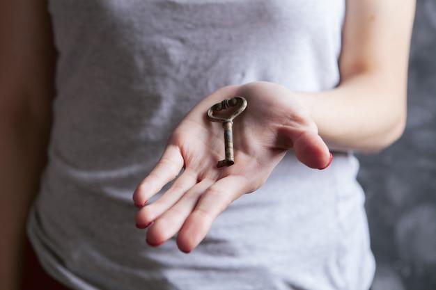 Jeune fille tenant de vieilles clés