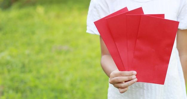 Jeune fille tenir enveloppe rouge