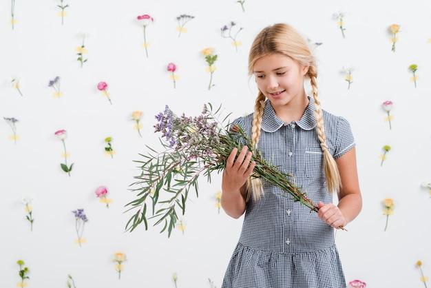 Jeune fille, tenue, bouquet fleurs