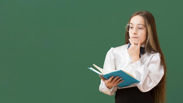 Jeune fille, tenue, livre, copie, espace